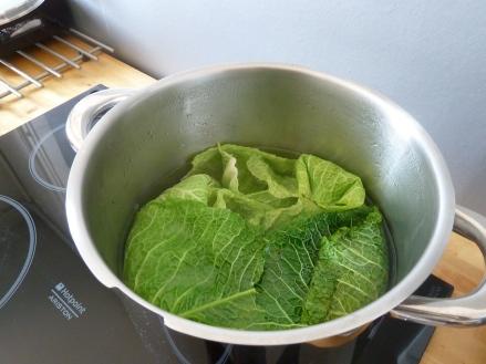 Commencez par ôter environ 15 feuilles du choux et mettez-les à blanchir dans une grande casserole d'eau bouillante salée pendant 10 min. Passez-les sous l'eau froide pour stopper la cuisson et mettez-les à égoutter.