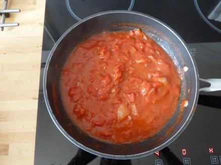 Faites dorer les 3/4 de l'oignon et la moitié d'une gousse d'ail dans une poêle avec un peu d'huile et ajouter la pulpe de tomate. Assaisonnez avec un peu de sel, un carré de Kubor et du poivre. Laisser mijoter 10 à 15 min.