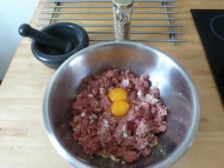 Dans un saladier mettez la viande, les œufs, la chapelure, le reste d'oignon et d'ail finement découpés. Salez, poivrez et ajouter les 2 derniers carrés de Kubor. Mélangez bien et réservez.