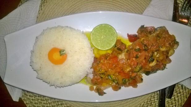 Assiette de capitaine poché et sa compotée de tomates à l'huile d'olives accompagné de riz blanc.